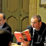 Cristiano mentre legge alcuni passi del libro al tavolo dei realtori