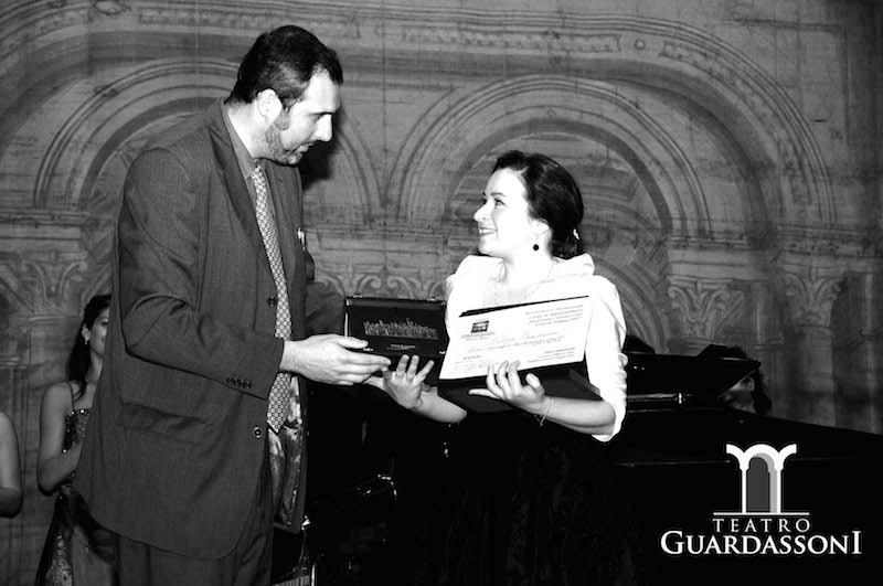 Cristiano Cremonini Presidente del Teatro Guardassoni premia una giovane vincitrice del Concorso Lirico Internazionale Città di Bologna